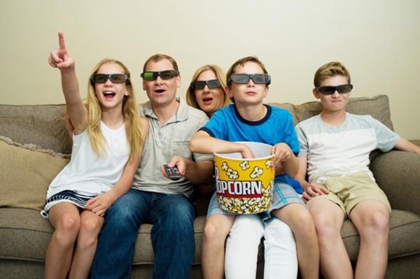 映画鑑賞している家族