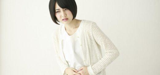 腹痛に苦しむ女性