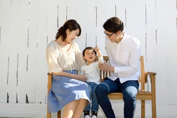ベンチに座る家族