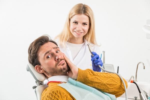 虫歯の治療を怖がる男性
